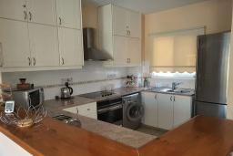 Кухня. Кипр, Пафос город : Уютная вилла с 2-мя спальнями, с солнечной террасой с патио, расположена в комплексе с бассейном всего в 500 метрах от моря
