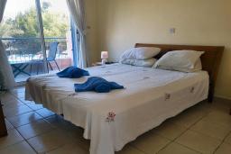 Спальня. Кипр, Пафос город : Уютная вилла с 2-мя спальнями, с солнечной террасой с патио, расположена в комплексе с бассейном всего в 500 метрах от моря