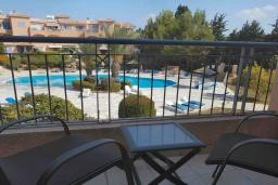 Балкон. Кипр, Пафос город : Уютная вилла с 2-мя спальнями, с солнечной террасой с патио, расположена в комплексе с бассейном всего в 500 метрах от моря