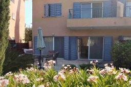 Терраса. Кипр, Пафос город : Комфортабельная вилла с 2-мя спальнями, с солнечной террасой с патио, расположена в комплексе с бассейном всего в 500 метрах от моря