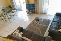 Гостиная. Кипр, Пафос город : Комфортабельная вилла с 2-мя спальнями, с солнечной террасой с патио, расположена в комплексе с бассейном всего в 500 метрах от моря