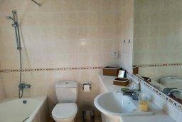 Ванная комната. Кипр, Пафос город : Комфортабельная вилла с 2-мя спальнями, с солнечной террасой с патио, расположена в комплексе с бассейном всего в 500 метрах от моря