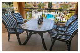 Балкон. Кипр, Пафос город : Прекрасный апартамент с отдельной спальней, уютным балконом с патио, расположен в комплексе с бассейном всего в 400 метрах от моря