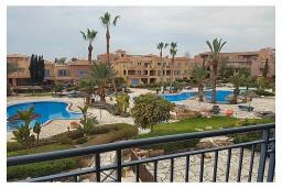 Вид. Кипр, Пафос город : Прекрасный апартамент с отдельной спальней, уютным балконом с патио, расположен в комплексе с бассейном всего в 400 метрах от моря