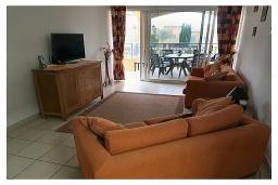 Гостиная. Кипр, Пафос город : Прекрасный апартамент с отдельной спальней, уютным балконом с патио, расположен в комплексе с бассейном всего в 400 метрах от моря