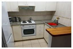 Кухня. Кипр, Пафос город : Прекрасный апартамент с отдельной спальней, уютным балконом с патио, расположен в комплексе с бассейном всего в 400 метрах от моря