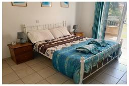 Спальня. Кипр, Пафос город : Прекрасный апартамент с отдельной спальней, уютным балконом с патио, расположен в комплексе с бассейном всего в 400 метрах от моря