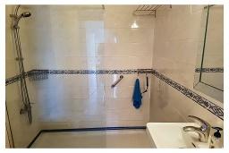 Ванная комната. Кипр, Пафос город : Прекрасный апартамент с отдельной спальней, уютным балконом с патио, расположен в комплексе с бассейном всего в 400 метрах от моря