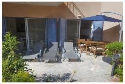 Терраса. Кипр, Пафос город : Очаровательная вилла с 2-мя спальнями, с солнечной террасой с патио, расположена в комплексе с бассейном всего в 500 метрах от моря
