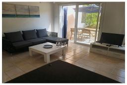 Гостиная. Кипр, Пафос город : Очаровательная вилла с 2-мя спальнями, с солнечной террасой с патио, расположена в комплексе с бассейном всего в 500 метрах от моря