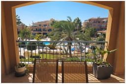 Балкон. Кипр, Пафос город : Потрясающий апартамент с 2-мя спальнями, с просторным балконом с патио, расположен в комплексе с двумя бассейнами всего в 400 метрах от моря