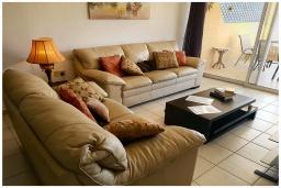 Гостиная. Кипр, Пафос город : Потрясающий апартамент с 2-мя спальнями, с просторным балконом с патио, расположен в комплексе с двумя бассейнами всего в 400 метрах от моря