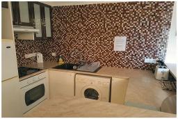 Кухня. Кипр, Пафос город : Потрясающий апартамент с 2-мя спальнями, с просторным балконом с патио, расположен в комплексе с двумя бассейнами всего в 400 метрах от моря