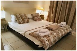 Спальня. Кипр, Пафос город : Потрясающий апартамент с 2-мя спальнями, с просторным балконом с патио, расположен в комплексе с двумя бассейнами всего в 400 метрах от моря