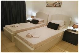 Спальня 2. Кипр, Пафос город : Потрясающий апартамент с 2-мя спальнями, с просторным балконом с патио, расположен в комплексе с двумя бассейнами всего в 400 метрах от моря