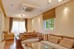 Кипр, Гермасойя Лимассол : Вилла в закрытом комплексе с бассейном и двориком с барбекю, 4 спальни, 2 ванные комнаты, парковка, Wi-Fi