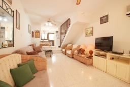 Гостиная. Кипр, Хлорака : Уютный таунхаус с видом на Средиземное море, c 2-мя спальнями, расположен в современном комплексе с бассейном