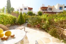 Территория. Кипр, Хлорака : Уютный таунхаус с видом на Средиземное море, c 2-мя спальнями, расположен в современном комплексе с бассейном