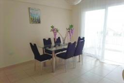 Обеденная зона. Кипр, Пейя : Уютный апартамент c 2-мя спальнями и балконом, расположен в комплексе с бассейном