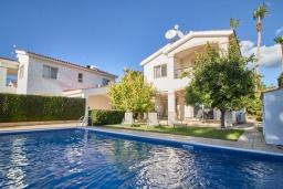 Вид на виллу/дом снаружи. Кипр, Корал Бэй : Прекрасная вилла с 3-мя спальнями, с бассейном, в окружении зелёного сада, тенистой террасой с патио и барбекю, расположена недалеко от пляжей Coral Bay и Coralia Beach