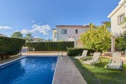 Парковка. Кипр, Корал Бэй : Прекрасная вилла с 3-мя спальнями, с бассейном, в окружении зелёного сада, тенистой террасой с патио и барбекю, расположена недалеко от пляжей Coral Bay и Coralia Beach