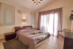 Спальня. Кипр, Корал Бэй : Прекрасная вилла с 3-мя спальнями, с бассейном, в окружении зелёного сада, тенистой террасой с патио и барбекю, расположена недалеко от пляжей Coral Bay и Coralia Beach