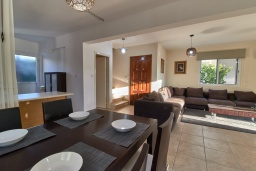 Обеденная зона. Кипр, Корал Бэй : Прекрасная вилла с 3-мя спальнями, с бассейном, в окружении зелёного сада, тенистой террасой с патио и барбекю, расположена недалеко от пляжей Coral Bay и Coralia Beach