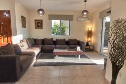 Гостиная. Кипр, Корал Бэй : Прекрасная вилла с 3-мя спальнями, с бассейном, в окружении зелёного сада, тенистой террасой с патио и барбекю, расположена недалеко от пляжей Coral Bay и Coralia Beach