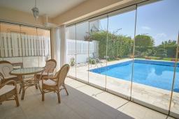 Терраса. Кипр, Корал Бэй : Потрясающая вилла с видом на Средиземное море, с 3-мя спальнями, с бассейном, в окружении пышного зелёного сада, тенистой террасой с патио и барбекю, расположена недалеко от пляжа Coral Bay Beach