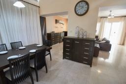 Обеденная зона. Кипр, Корал Бэй : Потрясающая вилла с видом на Средиземное море, с 3-мя спальнями, с бассейном, в окружении пышного зелёного сада, тенистой террасой с патио и барбекю, расположена недалеко от пляжа Coral Bay Beach