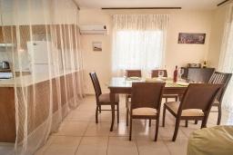 Обеденная зона. Кипр, Корал Бэй : Очаровательная вилла с видом на Средиземное море, с 3-мя спальнями, с бассейном, в окружении пышного зелёного сада, тенистой террасой с патио, расположена недалеко от пляжа Coralia Bay Beach
