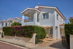 Вид на виллу/дом снаружи. Кипр, Корал Бэй : Очаровательная вилла с видом на Средиземное море, с 3-мя спальнями, с бассейном, в окружении пышного зелёного сада, тенистой террасой с патио, расположена недалеко от пляжа Coralia Bay Beach