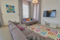 Гостиная. Кипр, Пейя : Современная вилла с панорамным видом на Средиземное море, с 4-мя спальнями, с бассейном с шезлонгами, солнечной террасой с патио и каменным барбекю, расположена недалеко от пляжа White River Beach