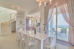 Обеденная зона. Кипр, Пейя : Современная вилла с панорамным видом на Средиземное море, с 4-мя спальнями, с бассейном с шезлонгами, солнечной террасой с патио и каменным барбекю, расположена недалеко от пляжа White River Beach