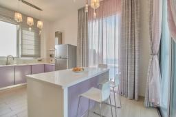 Кухня. Кипр, Пейя : Современная вилла с панорамным видом на Средиземное море, с 4-мя спальнями, с бассейном с шезлонгами, солнечной террасой с патио и каменным барбекю, расположена недалеко от пляжа White River Beach