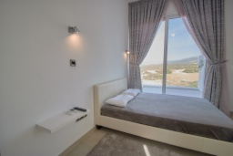 Спальня. Кипр, Пейя : Современная вилла с панорамным видом на Средиземное море, с 4-мя спальнями, с бассейном с шезлонгами, солнечной террасой с патио и каменным барбекю, расположена недалеко от пляжа White River Beach