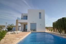 Вид на виллу/дом снаружи. Кипр, Пейя : Современная вилла с панорамным видом на Средиземное море, с 4-мя спальнями, с бассейном с шезлонгами, солнечной террасой с патио и каменным барбекю, расположена недалеко от пляжа White River Beach