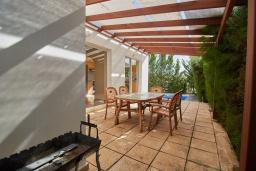 Терраса. Кипр, Корал Бэй : Прекрасное бунгало с 2-мя спальнями, с бассейном, в окружении пышного зелёного сада, тенистой террасой с патио и барбекю, расположено около пляжа Corallia Bay Beach