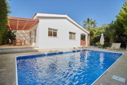 Вид на виллу/дом снаружи. Кипр, Корал Бэй : Прекрасное бунгало с 2-мя спальнями, с бассейном, в окружении пышного зелёного сада, тенистой террасой с патио и барбекю, расположено около пляжа Corallia Bay Beach