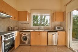 Кухня. Кипр, Корал Бэй : Прекрасное бунгало с 2-мя спальнями, с бассейном, в окружении пышного зелёного сада, тенистой террасой с патио и барбекю, расположено около пляжа Corallia Bay Beach