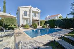 Вид на виллу/дом снаружи. Кипр, Корал Бэй : Очаровательная вилла с 3-мя спальнями, с бассейном, в окружении пышного зелёного сада, с солнечной террасой с патио и барбекю, расположена недалеко от пляжа Coralia Bay Beach