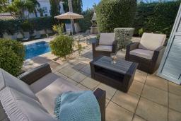 Патио. Кипр, Корал Бэй : Очаровательная вилла с 3-мя спальнями, с бассейном, в окружении пышного зелёного сада, с солнечной террасой с патио и барбекю, расположена недалеко от пляжа Coralia Bay Beach