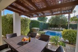 Терраса. Кипр, Корал Бэй : Очаровательная вилла с 3-мя спальнями, с бассейном, в окружении пышного зелёного сада, с солнечной террасой с патио и барбекю, расположена недалеко от пляжа Coralia Bay Beach