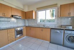 Кухня. Кипр, Корал Бэй : Очаровательная вилла с 3-мя спальнями, с бассейном, в окружении пышного зелёного сада, с солнечной террасой с патио и барбекю, расположена недалеко от пляжа Coralia Bay Beach