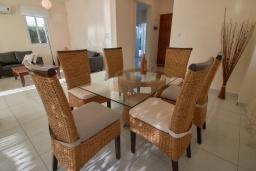 Обеденная зона. Кипр, Корал Бэй : Очаровательная вилла с 3-мя спальнями, с бассейном, в окружении пышного зелёного сада, с солнечной террасой с патио и барбекю, расположена недалеко от пляжа Coralia Bay Beach