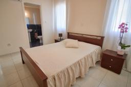 Спальня. Кипр, Корал Бэй : Очаровательная вилла с 3-мя спальнями, с бассейном, в окружении пышного зелёного сада, с солнечной террасой с патио и барбекю, расположена недалеко от пляжа Coralia Bay Beach