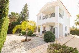 Вид на виллу/дом снаружи. Кипр, Корал Бэй : Прекрасная вилла с 3-мя спальнями, с бассейном, в окружении зелёного сада, с тенистой террасой с патио и барбекю, расположена недалеко от пляжа Coralia Bay Beach