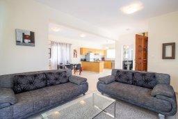Гостиная. Кипр, Корал Бэй : Прекрасная вилла с 3-мя спальнями, с бассейном, в окружении зелёного сада, с тенистой террасой с патио и барбекю, расположена недалеко от пляжа Coralia Bay Beach