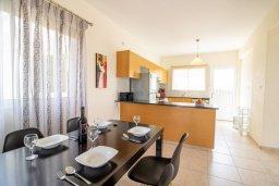 Обеденная зона. Кипр, Корал Бэй : Прекрасная вилла с 3-мя спальнями, с бассейном, в окружении зелёного сада, с тенистой террасой с патио и барбекю, расположена недалеко от пляжа Coralia Bay Beach