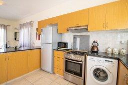 Кухня. Кипр, Корал Бэй : Прекрасная вилла с 3-мя спальнями, с бассейном, в окружении зелёного сада, с тенистой террасой с патио и барбекю, расположена недалеко от пляжа Coralia Bay Beach